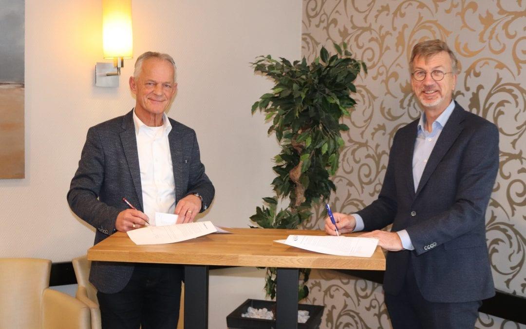 Ondertekening ondersteuning Woningbouwvereniging Reeuwijk door Mozaïek Wonen